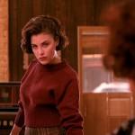 SHERILYN FENN. Per un bel po' abbiamo temuto di non riuscire a vederla tornare. (SPOILER per chi non ha finito di vedere Twin Peaks: non continuate) ma a quanto pare Lynch le ha assicurato che è sopravvissuta. È stata in prima linea all'epoca di #savetwinpeaks, ha probabilmente irritato la produzione lasciandosi sfuggire la faccenda (ancora non confermata) dei 18 episodi anziché 9 (del resto è Audrey, datele una matita e un bicchiere di carta colmo di caffè e vedete cosa è capace di combinarvi), ma alla fine ce l'ha fatta. Ultimamente l'abbiamo vista in Shameless. Gli anni sono passati, ma un gambo di ciliegia annodato con la lingua non si scorda mai