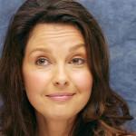 """ASHLEY JUDD. Altro grande nome nel cast (la ricordiamo in Il collezionista, Colpevole d'innocenza, High Crimes - Crimini di stato, De-Lovely). Papà italo-americano (vero cognome Ciminella) e mamma cantante country (da cui il cognome """"d'arte"""" Judd), . All'epoca di Twin Peaks recitava recitò nel ruolo di Reed, la figlia di Alex nella serie della NBC Sisters. Collegamento lynchiano: nel 1996 interpreta Norma Jean (alias Marilyn Monroe, che è interpretata da un'altra attrice: Mira Sorvino) nel film tv Norma Jean & Marilyn, tratto da Goddess, lo stesso libro da cui David Lynch e Mark Frost, prima di lavorare a Twin Peaks, avevano tratto una sceneggiatura che non fu apprezzata dai produttori (il tv movie del 1996, completamente riscritto da altri, presenta alcune piccole ma curiose analogie con il successivo Mulholland Drive; evidentemente la storia dell'attrice Marilyn aveva lasciato molti semi nel cuore di Lynch)"""
