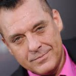 TOM SIZEMORE. È stato Jack Scagnetti in Assassini nati - Natural Born Killers, il sergente Michael Horvath in Salvate il soldato Ryan, il tenente colonnello Danny McKnight in Black Hawk Down, il fuorilegge Michael Cheritto in Heat - La sfida e il tenente Vincent D'Agosta in  Relic - L'evoluzione del terrore. In tv l'abbiam visto in  Robbery Homicide Division, Crash, CSI: Miami, Law & Order: Special Victims Unit. eccetera. Collegamento lynchiano: ha lavorato al fianco di  Sherilyn Fenn nel poliziesco La truffa perfetta del 2002.