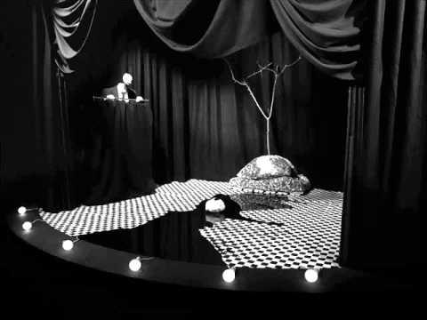 Eraserhed, albero su palcoscenico